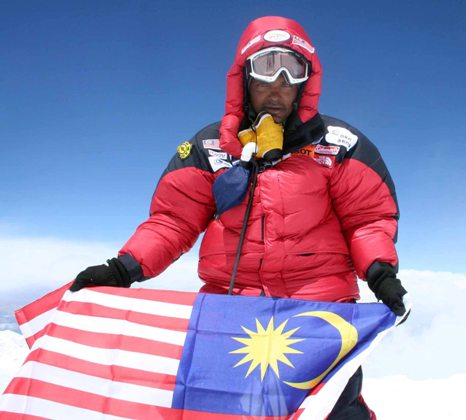 standing-at-the-8650m-and-holding-the-jalur-gemilang